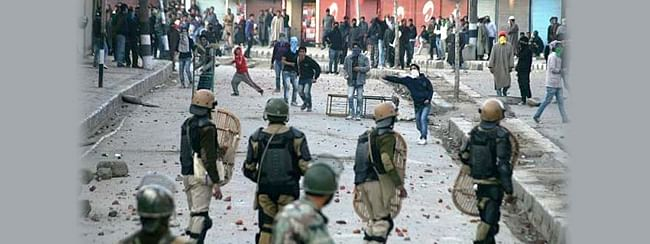 Over a dozen injured in clashes with security forces in Shopian