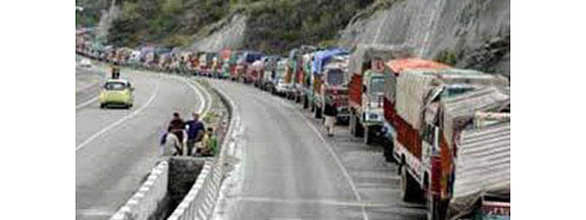 Over 4,500 vehicles leave for Jammu after remaining stranded for about 2 weeks