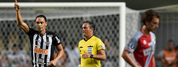 Oliveira fires Atletico closer to Libertadores group stage