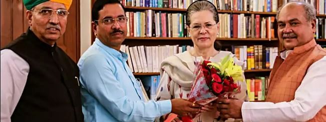 Union Ministers meet Sonia before Parliament session