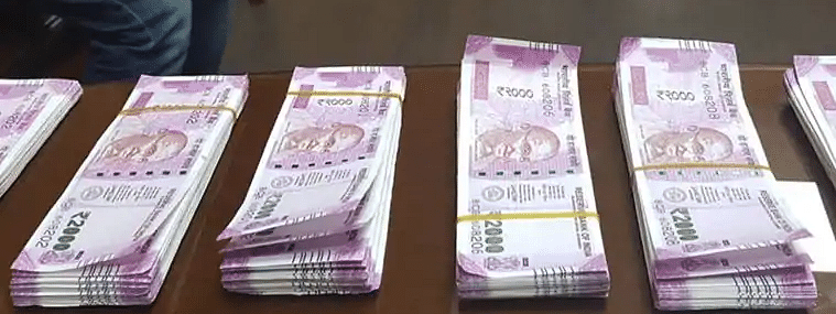 Fake Indian currencies over Rs 4 lakh seized after STF arrested a resident of Malda in Kolkata