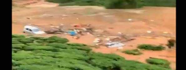 Village washed away in Wayanad ; 30-40 people trapped