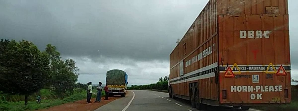 Traffic stopped between Nippani and Kolhapur as NH 4 caves in