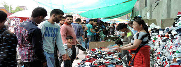 Famous Sunday market in Srinagar abuzz with customers