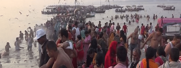 Lakhs of devotes took holy dip and offer prayer on Kartika Purnima today
