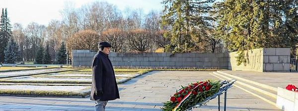 Rajnath pays tribute at Piskarevsky Memorial in Russia