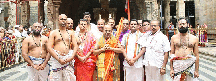 Puttige Mutt Pontiff offer prayers to Lord Venkateswara