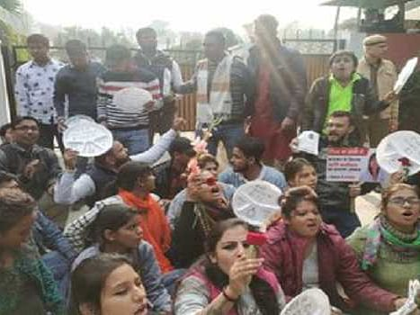 Youths sit outside Smriti Irani's house asking support to DCW chief's movement