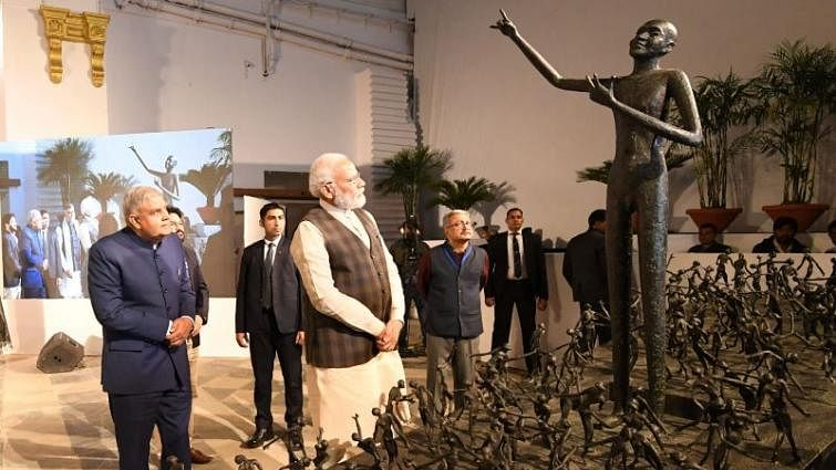 PM unveils statue at Old Currency Building