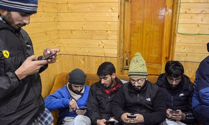 Pre-paid mobile service restored in Kashmir, 2G internet in 2 districts