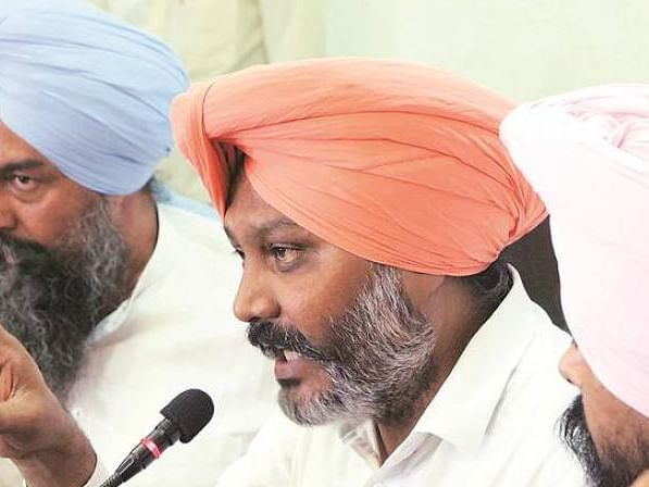 AAP bats for farmers, holds protest outside Punjab Assy