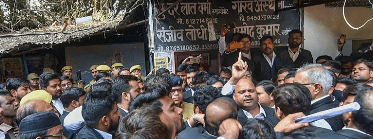 Bomb attack on lawyer on Lucknow court premises, several injured