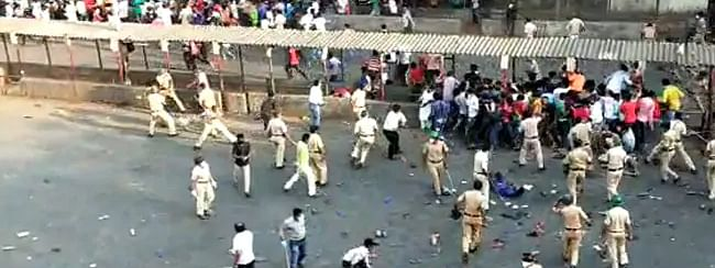 Lathicharge against migrants to disperse thousands gather at Mumbai's Bandra station