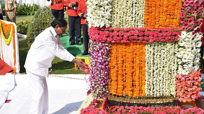 CM pays tributes at martyrs memorial to mark Telangana Formation Day celebrations