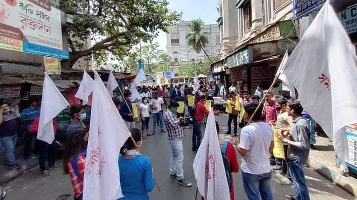 কফিহাউসে 'মোদীপাড়া' গেঞ্জি পরে হাঙ্গামার প্রতিবাদে কলেজ স্ট্রীট জুড়ে বিক্ষোভ
