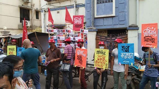 'ও কাকিমা, আসুন, নিয়ে যান দিন বদলের ইস্তেহার', প্রচারগাড়ির আদলে অভিনব প্রচার CPIM কর্মীদের