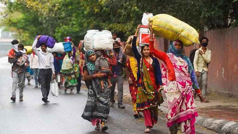 আবার লকডাউন - বাড়ি ফিরছে পরিযায়ী শ্রমিকরা, মুম্বইয়ের স্টেশনগুলোতে চেনা ভিড়