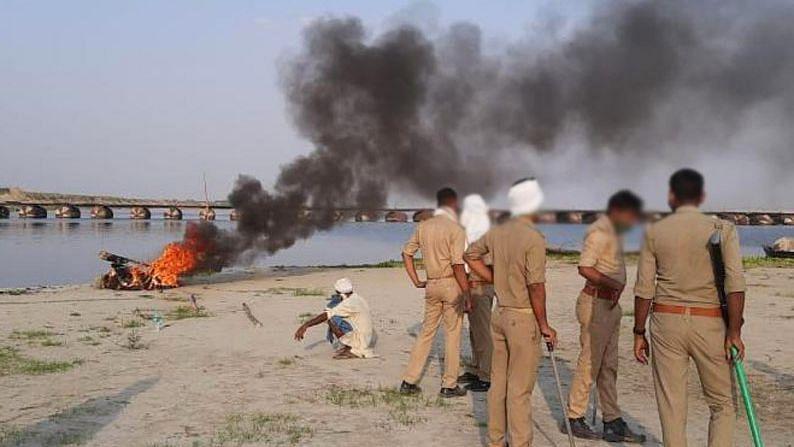 Uttar Pradesh: পেট্রোল, টায়ার দিয়ে পোড়ানো হচ্ছে মৃতদেহ - সোশ্যাল মিডিয়ায় ভাইরাল সেই দৃশ্য