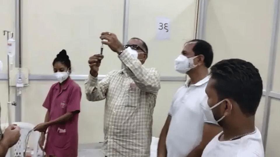 Gujarat: পঞ্চম শ্রেণি পর্যন্ত পড়াশোনা করা বিজেপি বিধায়ক ইঞ্জেকশন দিচ্ছেন করোনা রোগীকে!