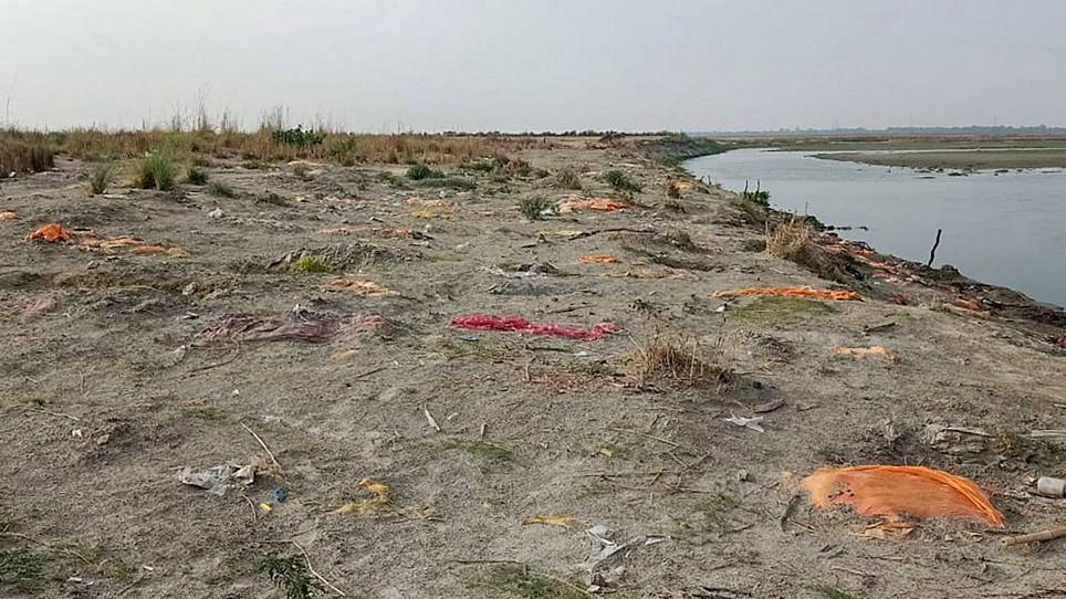 Uttar Pradesh: প্রবল বৃষ্টি এবং গঙ্গায় জল বেড়ে নতুন ভাবে উঠে আসছে দেহ, দাহ করছে প্রশাসন