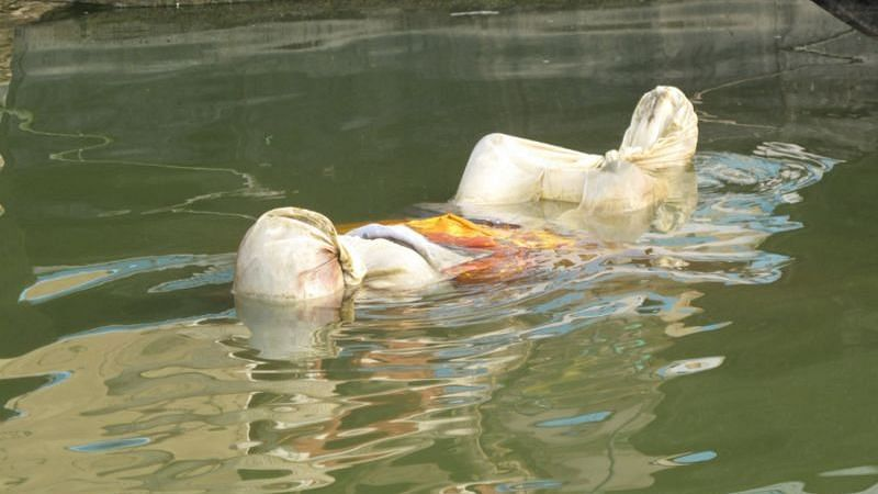 নদীতে ভাসমান কোভিড মৃতদেহর কারণে ছড়াচ্ছে করোনা সংক্রমণ ! ধন্দে বিশেষজ্ঞরা