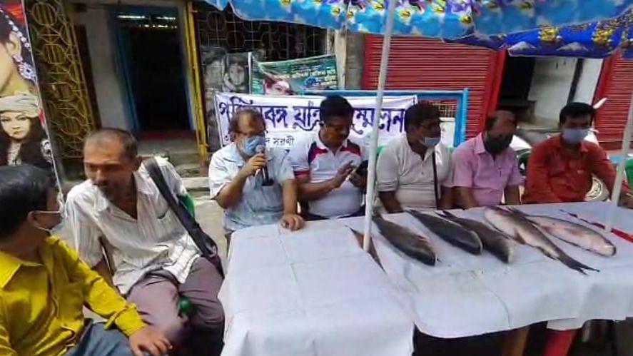 যাত্রাশিল্পের দুরবস্থা, মাছ বিক্রি করে প্রতিবাদ পশ্চিমবঙ্গ যাত্রা সম্মেলনের সদস্যদের