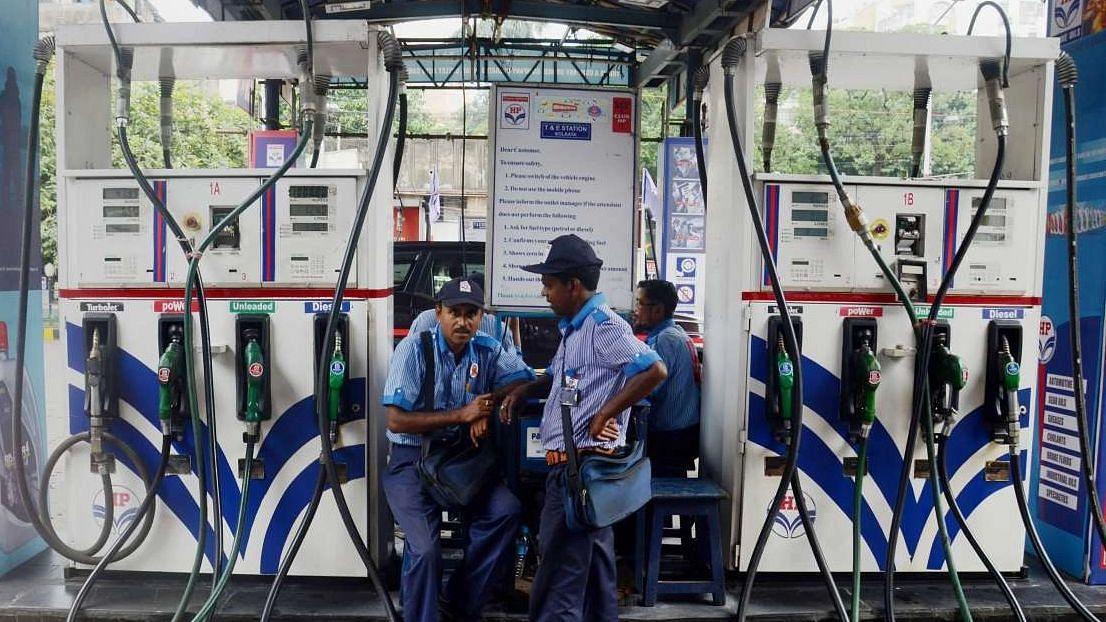 Petrol Diesel Price: ছ্যাঁকা দিচ্ছে জ্বালানি তেলের দাম, কলকাতায় ১ লিটার পেট্রোল প্রায় ১০২ টাকা