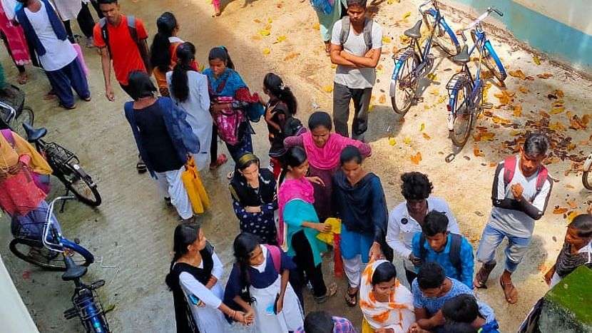 Birbhum: উচ্চমাধ্যমিকে নম্বর কম, শিক্ষকদের তালাবন্দী করে রাখলো ছাত্র-ছাত্রীরা