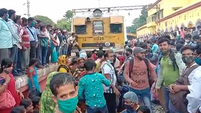 Hooghly: লোকাল ট্রেন চালু ও টিকিটের দাবীতে ট্রেন অবরোধ পান্ডুয়ায়
