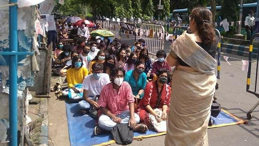 রাস্তায় ক্লাস- SFI-এর ডাকে অভিনব প্রতিবাদে যাদবপুরের ছাত্ররা - ক্লাস নিলেন প্রফেসর নন্দিনী মুখার্জি