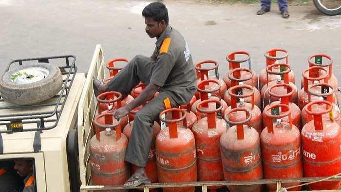 LPG Price: মধ্যবিত্তের চিন্তা বাড়িয়ে ফের ১৫ টাকা মূল্যবৃদ্ধি রান্নার গ্যাসের