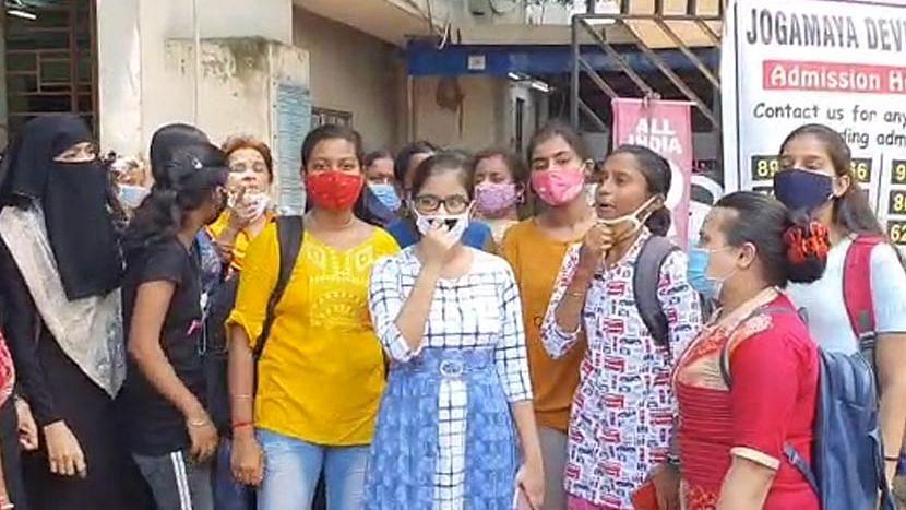 Kolkata: যোগমায়া দেবী কলেজে ভর্তি নিয়ে প্রিন্সিপালের সঙ্গে বিবাদ - প্রতিবাদে ছাত্রী বিক্ষোভ