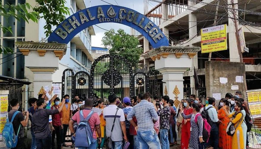 CU: ফি মকুবের দাবিতে প্রায় ৫ ঘণ্টা বেহালা কলেজের অধ্যক্ষাকে ঘেরাও করে রাখল পড়ুয়ারা