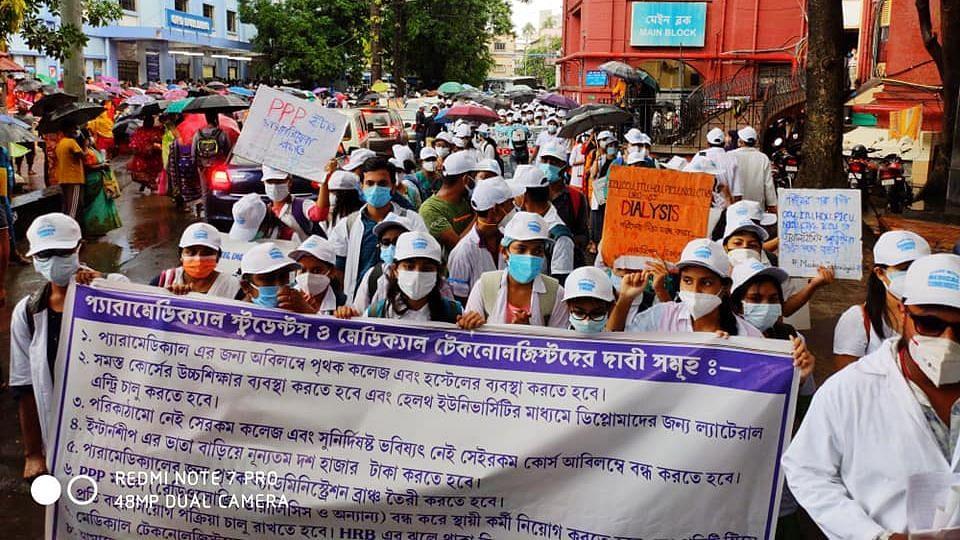 Kolkata: বৃষ্টি উপেক্ষা করে মেডিক্যাল টেকনোলজিস্টদের অবস্থান বিক্ষোভ ১১ দিনে