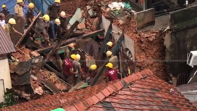 Kolkata: রাতভর বৃষ্টিতে আহিরিটোলায় ভেঙে পড়লো বাড়ি, ধ্বংসস্তূপ থেকে উদ্ধার ১ শিশুসহ ৬জন