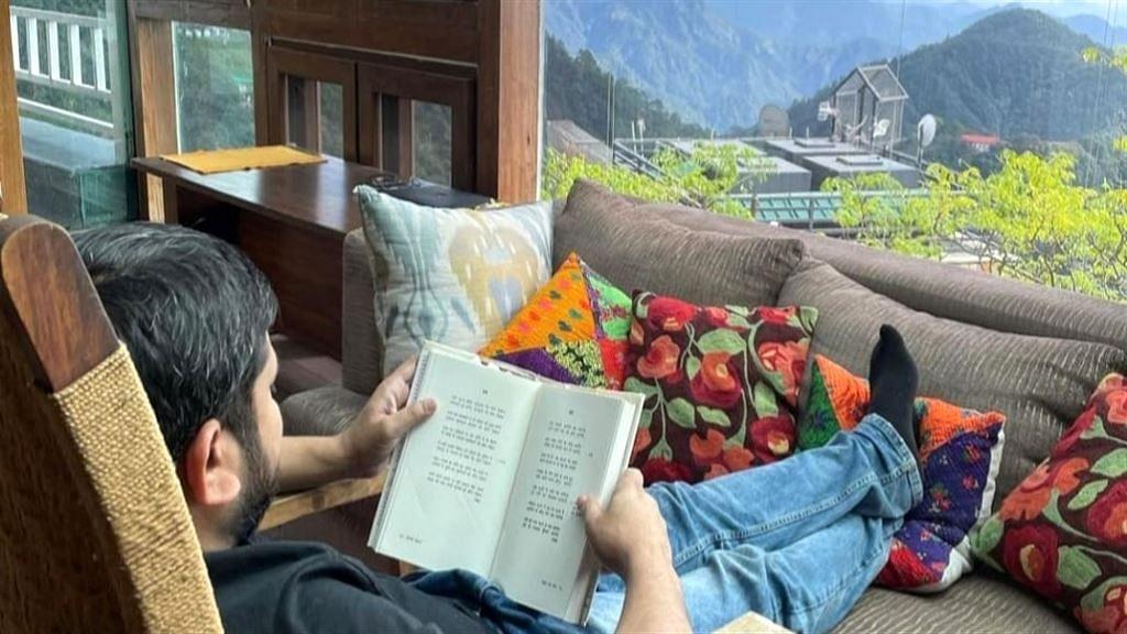 'মার্ক্সবাদ সে আজাদি' - সুসজ্জিত হোটেলে বই পড়ার ছবি পোস্ট করে ট্রোলড কানহাইয়া কুমার