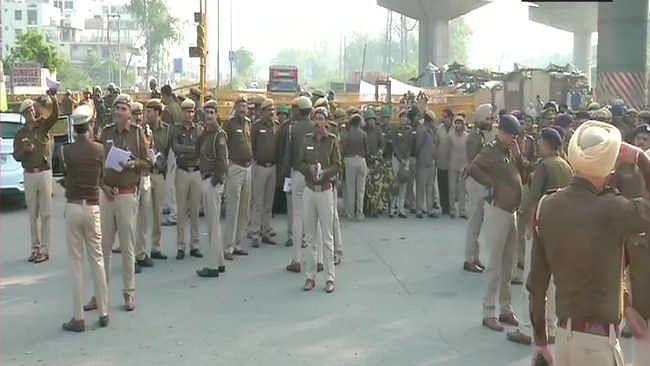 शाहीन बाग में भारी पुलिस बल तैनात, धारा 144 लागू, CAA  के खिलाफ यहां ढाई महीने से  जारी है प्रदर्शन