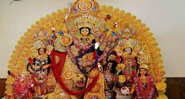 कोलकाता: वृद्धाश्रम के बुजुर्गों को दिखाए गए दुर्गा पूजा के पंडाल