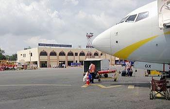 कोलकाता से 20 घंटे की यात्रा कर पटना पहुंचे यात्री, 16 घंटे देरी से रवाना हुए मुंबई, खराब मौसम के कारण पटना एयरपोर्ट रहा अस्त-व्यस्त