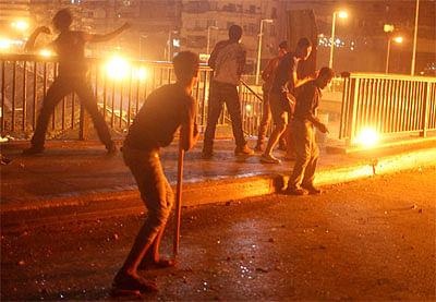 प्रदर्शनकारियों ने किया पुलिस दल पर हमला,पांच घायल