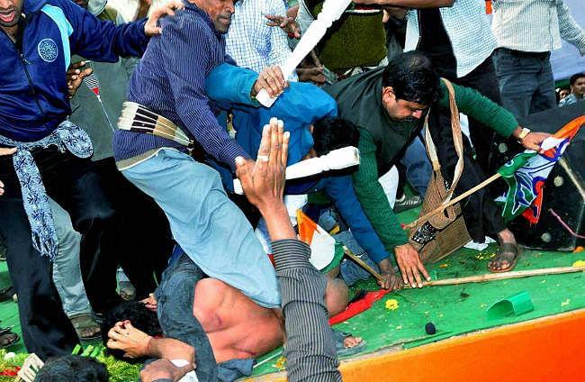 ममता के सांसद भतीजे को युवक ने मारा थप्पड़, तृणमूल समर्थकों ने पत्रकारों व थाने पर बरपाया कहर