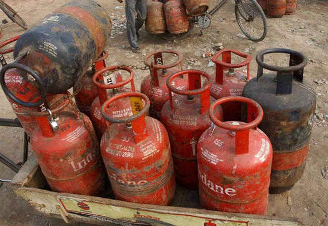 LPG सिलेंडर 61.5 रुपये महंगा, विमान ईंधन सस्ता