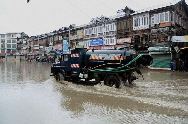 कश्मीर के लिए 100 एनडीआरएफ कर्मी रवाना, सीएम ने कहा- आज हालात ठीक होने की उम्मीद