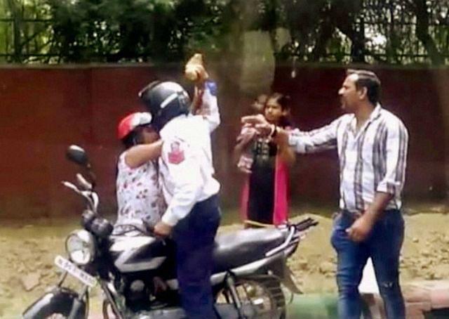 रिश्वत न देने पर ट्रैफिक पुलिस ने महिला पर ईंट से किया हमला, हुआ गिरफ्तार, देखें वीडियो