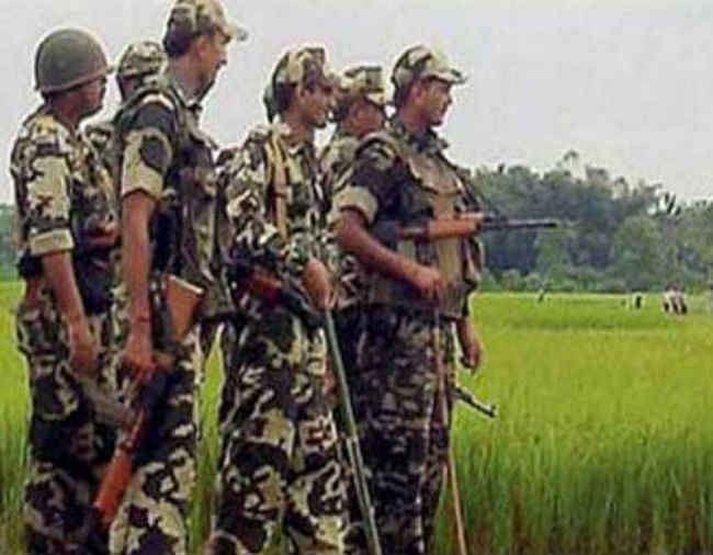 ग्रामीणों का दिल जीतने को बंदूक के साथ हल भी चला रहे CRPF जवान