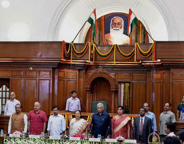 दिल्ली सरकार संयुक्त परिवार में पुत्रवधु जैसी : सुमित्रा महाजन