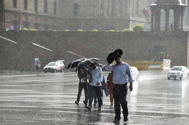 दिल्ली में भारी बारिश, बढ सकते हैं डेंगू के मामले