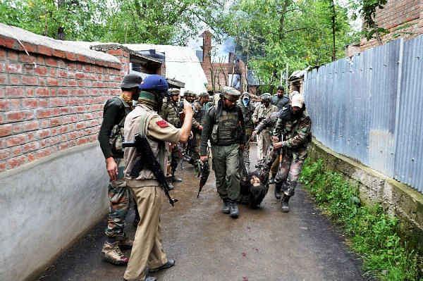 जम्मू-कश्मीर के पुलवामा में पुलिस टीम पर आतंकी हमला, मारा गया लश्कर का एक आतंकी