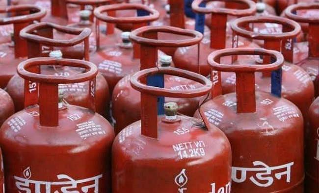सब्सिडी युक्त गैस सिलेंडर का दाम दो रुपये बढ़े, जेट ईंधन 7.3 प्रतिशत महंगा हुआ