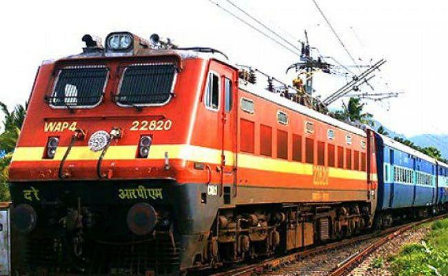 रेल सफर करना पड़ सकता है महंगा, उपयोगकर्ता विकास शुल्क लगाने की तैयारी कर रही रेलवे